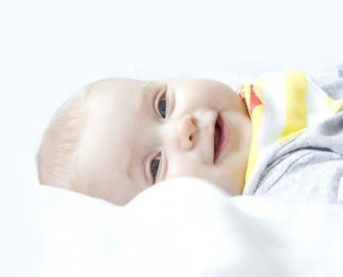 bebe-menino-menina-deitado-sorrindo